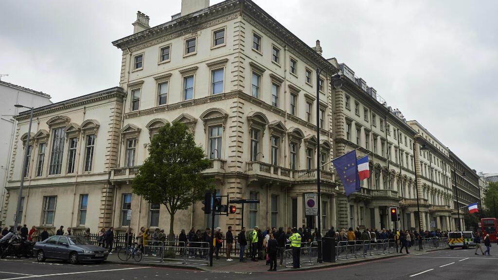 Des Français font la queue devant le lycée français Charles de Gaulles, à Londres, le 7 mai 2017, pour voter au second tour de l'élection présidentielle française.