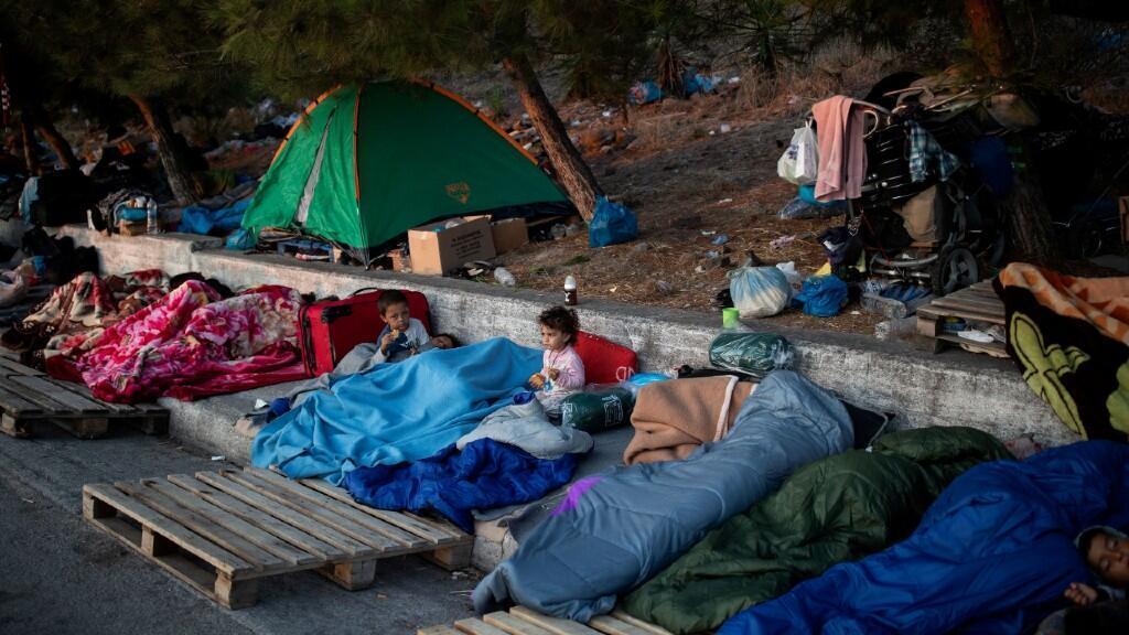 Varios migrantes duermen a la intemperie después de que quedase destruido el campo de refugiados de Moria. En Lesbos, Grecia, 13 de septiembre de 2020.