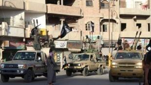 """مقاتلون من تنظيم """"الدولة الإسلامية"""" بمدينة الرقة"""