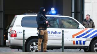 Des officiers de police, jeudi 7 avril 2016, devant la cour d'appel de Bruxelles, où se tenait une audience à huis clos au cours de laquelle le maintien en détention de Salah Abdeslam a été décidé.