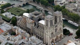 Una vista muestra el techo dañado de Notre Dame de París durante los trabajos de restauración, tres meses después de un incendio que devastó la catedral.