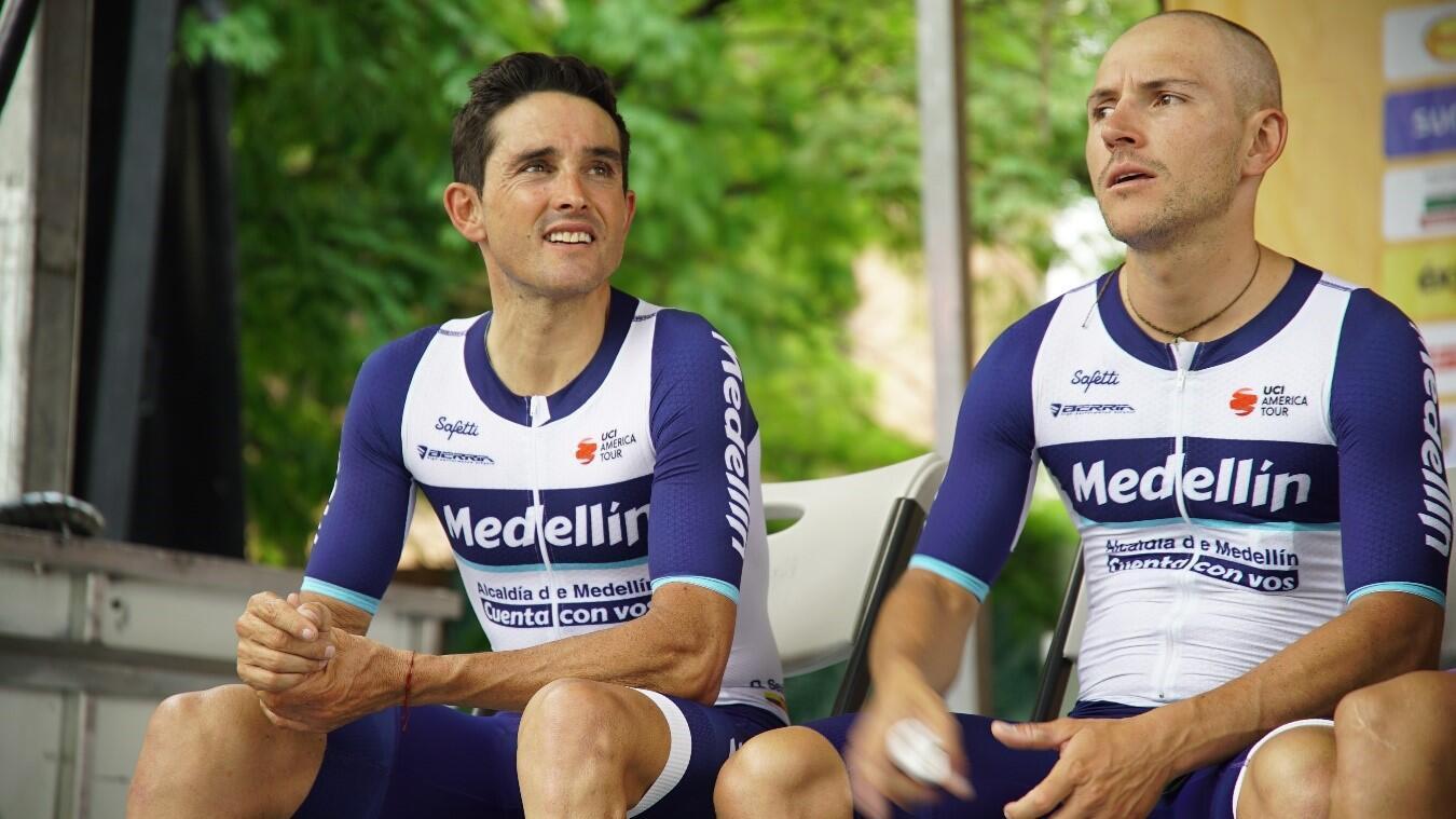 Óscar Sevilla (izquierda) lideró al Team Medellín, que fue la gran sorpresa de la jornada en la primera etapa del Tour Colombia 2.1 en Medellín, Colombia, el 12 de febrero de 2019.