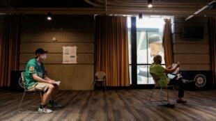 شخصان ينتظران دورهما للتبرع بالدم ضمن جهود المساعدة في الحد من تفشي فيروس كورونا، مدينة سياتل بولاية واشنطن، 13 أبريل/نيسان 2020.