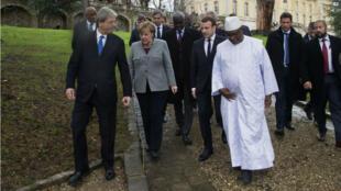 De gauche à droite: le président du Conseil italien Paolo Gentiloni, la chancelière allemande Angela Merkel, le président français Emmanuel Macron et le président du Mali et du G5 Sahel, Ibrahim Boubakar Keïta, à La Celle Saint-Cloud, le 13 décembre 2017.