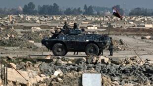 آلية عسكرية للقوات العراقية في مطار الموصل خلال عملية استعادة الجانب الغربي من المدينة من الجهاديين