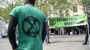 Un militant du mouvement Extinction Rebellion, lors d'une action devant le Centre Pompidou, à Paris, le 27 avril 2019.
