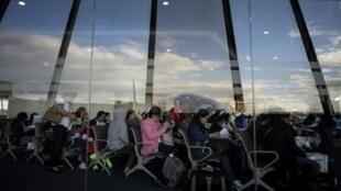 عاملات فلبينيات في مطار مانيلا الدولي بعد عودتهن من الكويت في 18 شباط/فبراير
