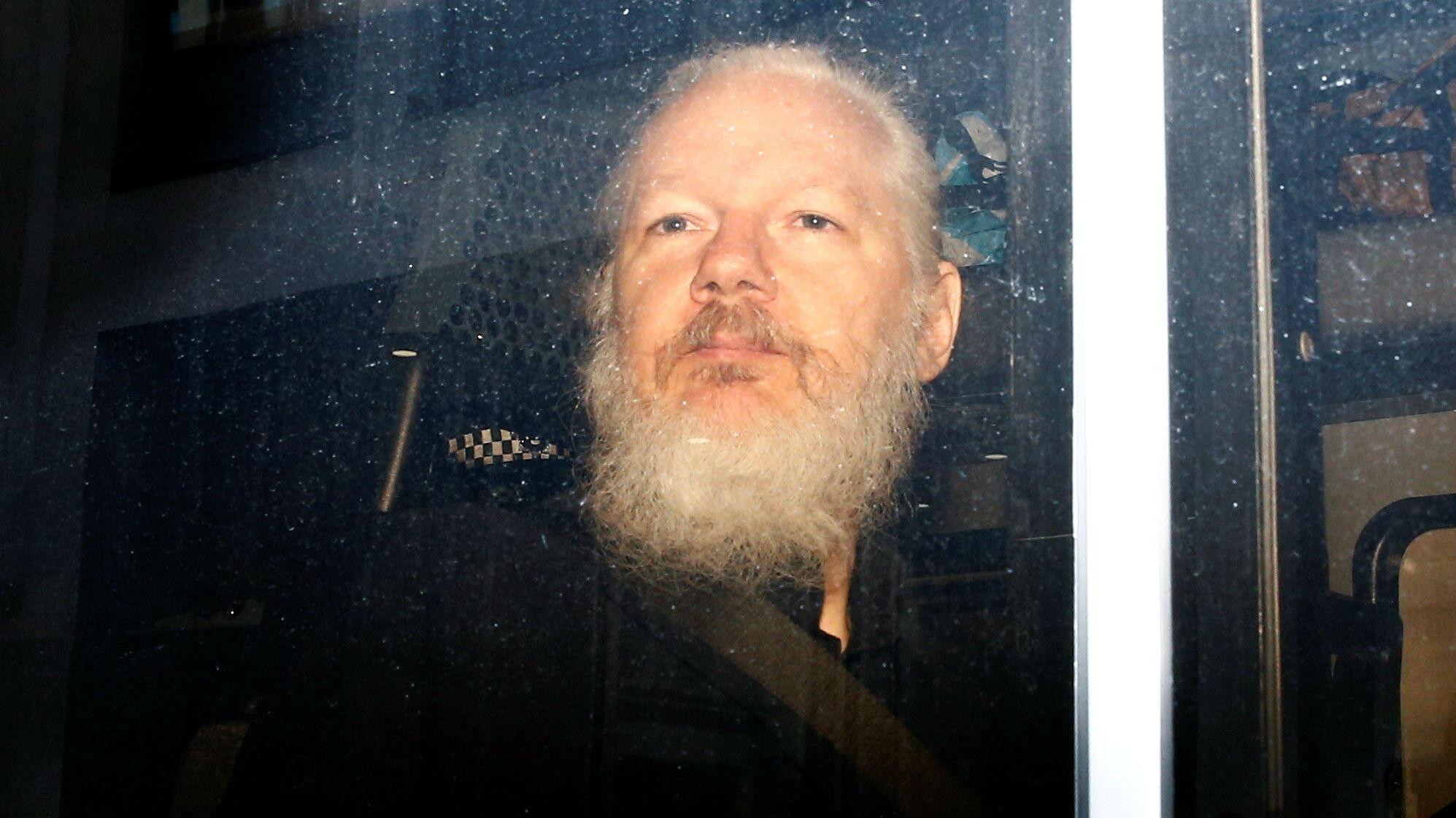 Julian Assange, en una camioneta de la policía, luego de ser arrestado por los elementos de seguridad británicos, en Londres, Gran Bretaña, el 11 de abril de 2019.