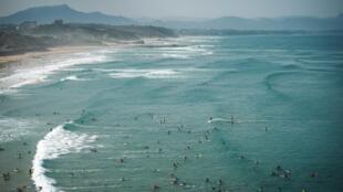 Des surfers à Biarritz le 28 août 2018