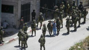 جنود إسرائيليون يعتقلون فلسطينيا في بلدة يبعد في الضفة الرغبية في 12 أيار/مايو 2020