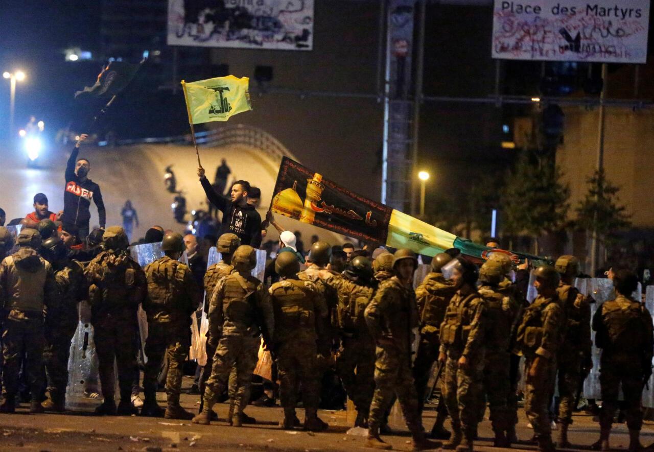 أنصار حزب الله وحركة أمل خلال صدامات مع المتظاهرين قرب جسر الرينغ وسط بيروت. 24 نوفمبر/تشرين الثاني 2019.