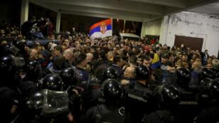 Des policiers serbes tentent de barrer le passage aux manifestants dans les locaux de la télévision d'État RTS à Belgrade, le 16 mars 2019.