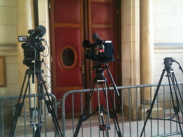 كاميرا تصوير الصحافيين أمام القاعة قبيل الإعلان عن الحكم 29/03/2012