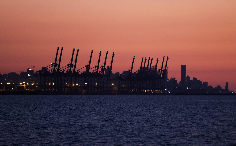 Paisaje de las grúas del puerto de Beirut desde Dbayeh, Líbano.