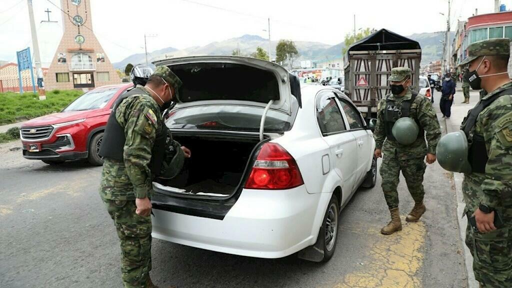 Fotografía cedida por el Municipio que muestra a fuerzas militares que realizan controles este viernes en el barrio de Caupicho, en el sur de Quito. La capital ecuatoriana tiene siete zonas bajo un control especial de las fuerzas de seguridad y agentes municipales, a fin de impedir la propagación del Covid-19.