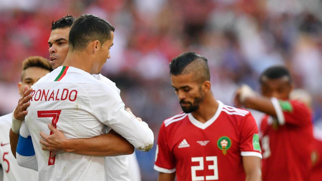 Cristiano Ronaldo y Pepe celebran la victoria mientras que Mehdi Carcela lamenta la eliminación de Marruecos