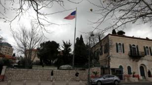 Una bandera estadounidense ondea en la sede del antes Consulado General de Estados Unidos en Jerusalén el 4 de marzo de 2019.