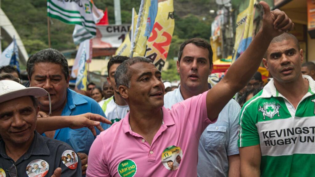 Romario en campagne dans la favela de Rocinha, à Rio de Janeiro, le 30 août 2014.