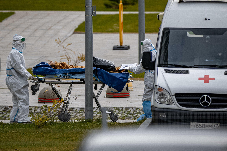 Un paciente es trasladado al sector especializado en Covid-19 del hospital Kommunarka de Moscú, Rusia, el 15 de octubre de 2021.