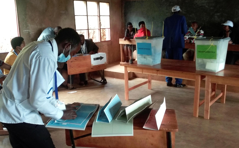 Un funcionario electoral prepara papeletas en una mesa de votación durante las elecciones presidenciales, legislativas y comunales en Gitega, Burundi, el 20 de mayo de 2020.