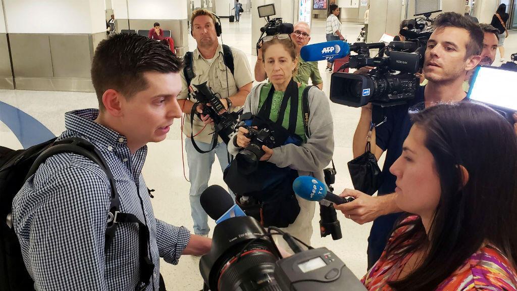 El periodista Cody Weddle habla con reporteros al llegar a Miami, EE. UU., tras haber sido reportado por el ejecutivo de Nicolás Maduro, el 7 de marzo de 2019.