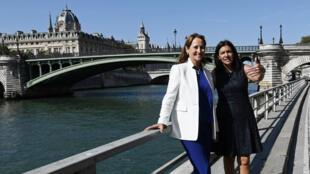 La maire de Paris, Anne Hidalgo (à droite), avec la ministre de l'Écologie, Ségolène Royal, sur les quais de Seine à Paris le 14 septembre 2016.