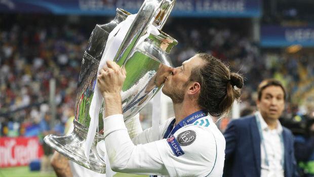 El jugador del Real Madrid Gareth Bale mientras besaba el trofeo luego de la final de la Champions League el 26 de mayo de 2018.