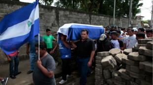 Familiares y amigos llevan el ataúd de José Esteban Sevilla Medina, quien murió durante los enfrentamientos con grupos armados progubernamentales en Monimbo, Nicaragua 16 de julio de 2018.
