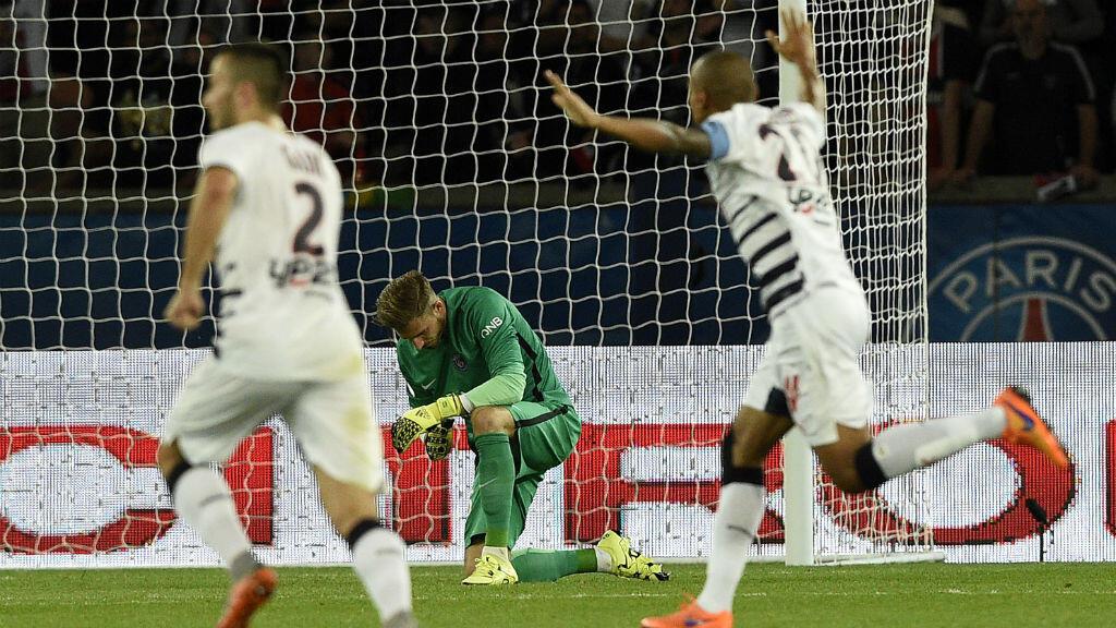 Kevin Trapp, le gardien allemand du PSG en vert, a un genou à terre. Il a coûté deux buts à son équipe vendredi soir au Parc des Princes contre Bordeaux.