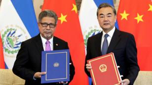 Ministro de Relaciones Exteriores de El Salvador, Carlos Castañeda y su homólogo de China, Wang Yien en la ceremonia de establecimiento de lazos diplomáticos entre los dos países. Beijing, China, Agosto 21, 2018.