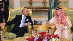 Le ministre des Affaires étrangère Laurent Fabius a rencontré son homologue saoudien, Abdulaziz bin Abdullah, vice-ministre des Affaires étrangère saoudiennes, le 12 avril 2015 à Riyad.