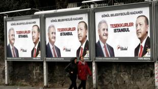 À Istanbul, des affiches de campagne du partiAKP pour les élections municipales, le 1eravril2019.
