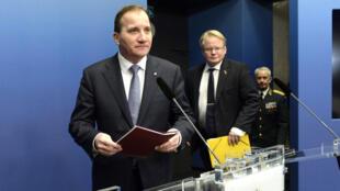 Le Premier ministre suédois Stefan Löfven (à gauche) et le ministre de la Défense Peter Hultqvist (centre), en novembre 2014.