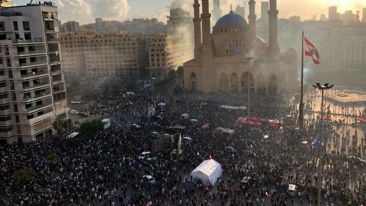 Cientos de manifestantes participan en las protestas registradas en Beirut, Líbano, el 8 de agosto de 2020.