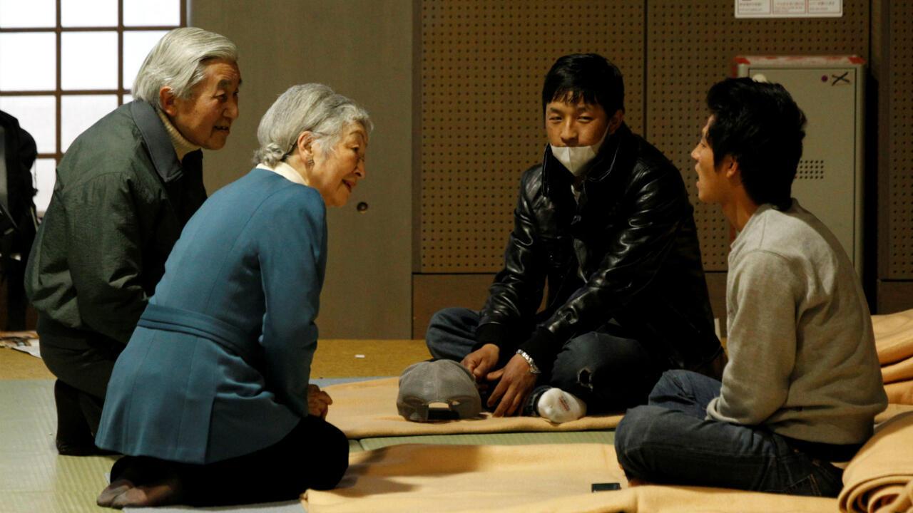 L'empereur japonais Akihito et l'impératrice Michiko parlent à des déplacés après le tremblement de terre et le tsunami à Fukushima, ici à Tokyo, le 30 mars2011.