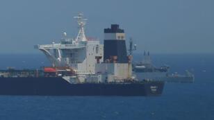 Una embarcación británica vigila el petrolero Grace 1, que fue detenido en Gibraltar, el 4 de julio de 2019.