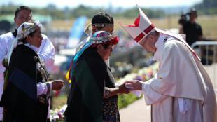 Personas del pueblo Mapuche se encuentran con el papa Francisco durante una misa en la base de la Fuerza Aérea Maquehue en Temuco en Temuco, Chile, el 17 de enero de 2018.