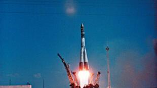 La fusée Vostok-1 décolle du cosmodrome de Baïkonour avec à son bord le cosmonaute russe Youri Gagarine, le 12 avril 1961