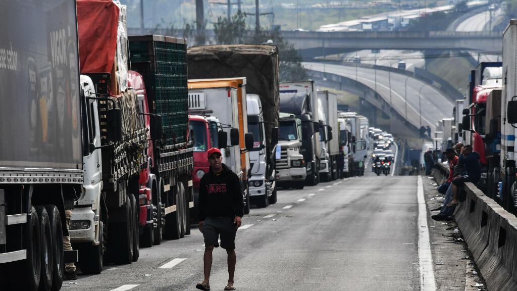 Los conductores de camiones bloquean la carretera Regis Bittencourt, a 30 km de Sao Paulo, durante una huelga para protestar contra el aumento de los costos de combustible en Brasil. 26 de mayo de 2018.