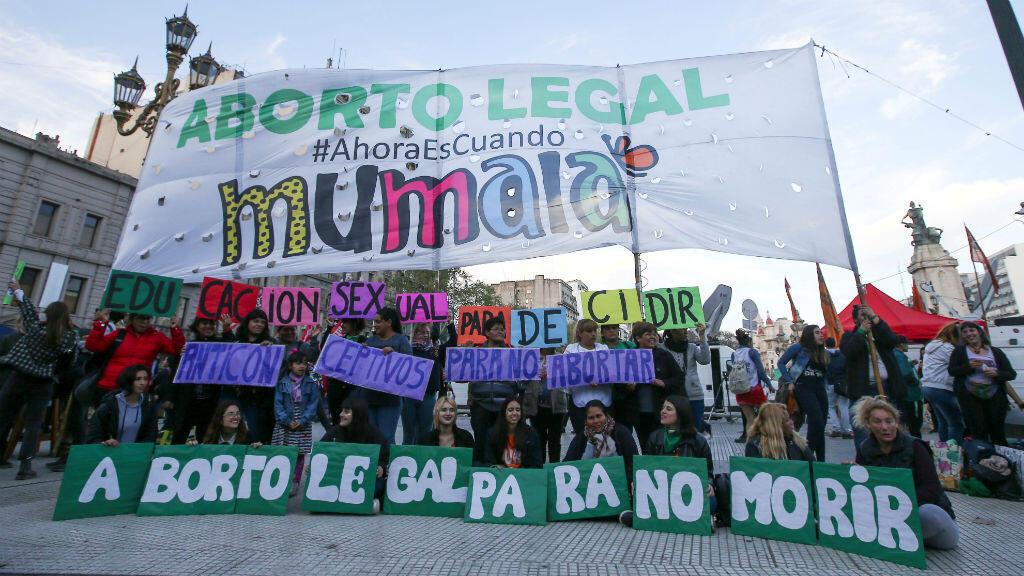 Activistas participan en una manifestación a favor de la legalización del aborto, en Buenos Aires, Argentina, el 27 de septiembre de 2019.