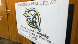 Cartel que informa sobre el otorgamiento del Premio Nobel de Paz en la sede de las Naciones Unidas en Ginebra, Suiza, el 6 de octubre de 2017.