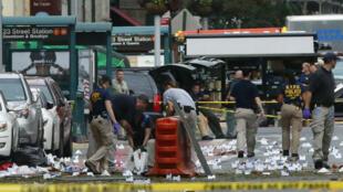 المحققون في تشلسي بجزيرة مانهاتن حيث وقع الانفجار ليل السبت الأحد.