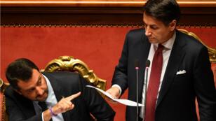 Le Premier ministre italien Giuseppe Conte (à droite) s'exprime devant le Sénat et Matteo Salvini (à gauche), le 20août2019.