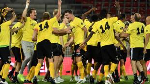 لاعبو يونغ بويز يحتقلون بالفوز بلقب الدوري السويسري للمرة الثالثة تواليا، بفوزهم على سيون 1-صفر، في المرحلة 35، في 31 تموز/يوليو 2020.
