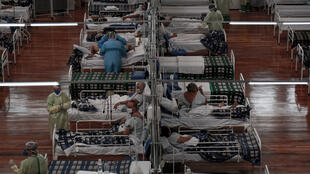 Pacientes afectados por el coronavirus Covid-19 son tratados en un hospital de campaña instalado en un gimnasio deportivo, en Santo Andre, estado de Sao Paulo, Brasil, el 11 de mayo de 2020.