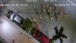 Captura de pantalla de un vídeo del servicio de coordinación de emergencias ECU 911 que muestra a un grupo de personas que sale a la calle tras un sismo en la madrugada de este 22 de febrero en Guayaquil, Ecuador.