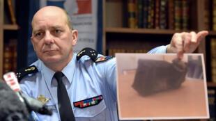 Un enquêteur montrant une photo de la seconde boîte noire de l'A320 du vol de Germanwings.