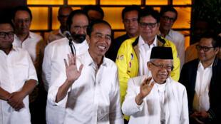 """El actual presidente indonesio Joko Widodo y su compañero Ma'ruf Amin aparecen después de un resultado sobre las elecciones hecho por """"conteo rápido"""", en Jakarta, Indonesia, el 17 de abril de 2019."""
