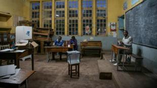 Des agents de la Céni, le 30 décembre 2018, dans un bureau de vote de Lubumbashi.