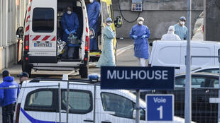 يقف موظفو الطوارئ الطبية في محطة سكة حديد في مولوز، شرق فرنسا، بعد نقل مرضى مصابين بفيروس كورونا على متن قطار TGV طبي (قطار فائق السرعة) ليتم إجلاؤهم نحو مستشفيات المناطق الفرنسية الأخرى في 29 مارس/آذار 2020.